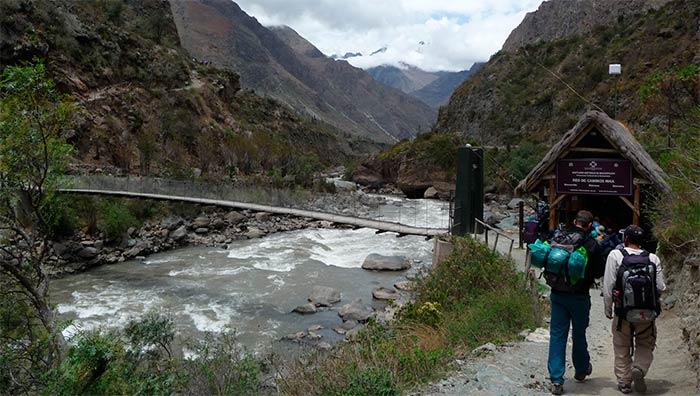 Puente para iniciar el camino inca a machu picchu